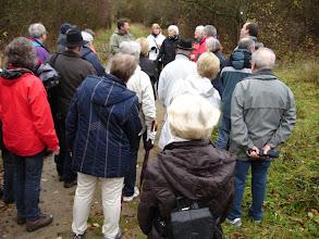 Photo: Bürgermeister Burg aus Überherrn erläutert, wie der Kalkstein per Loren- und Seilbahn zum Kalkofen in Überherrn befördert wurde.