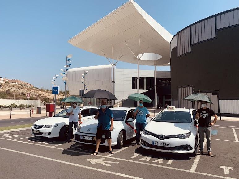 Un grupo de taxistas reivindican la necesidad de toldos en ciertas paradas