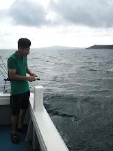 """Photo: ・・・島影に移動。""""ウメザキさん""""船酔い回復?インチクでヒット!"""