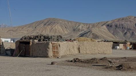 Auf den flachen Dächern in Bulunkul lagern Stroh und Sträucher.