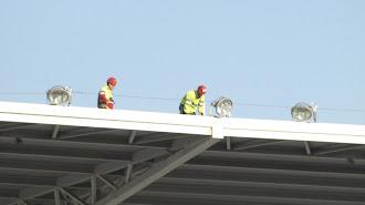 Operarios trabajando en el techo del Mediterráneo.