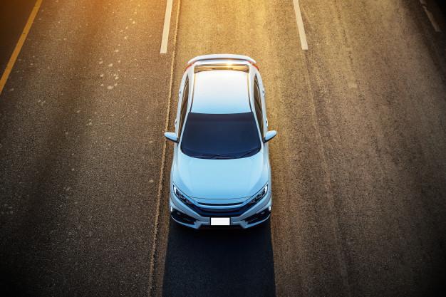 Imagem de um carro branco, que pode se encaixar no modelo de carros adaptados para deficientes por ser grande.