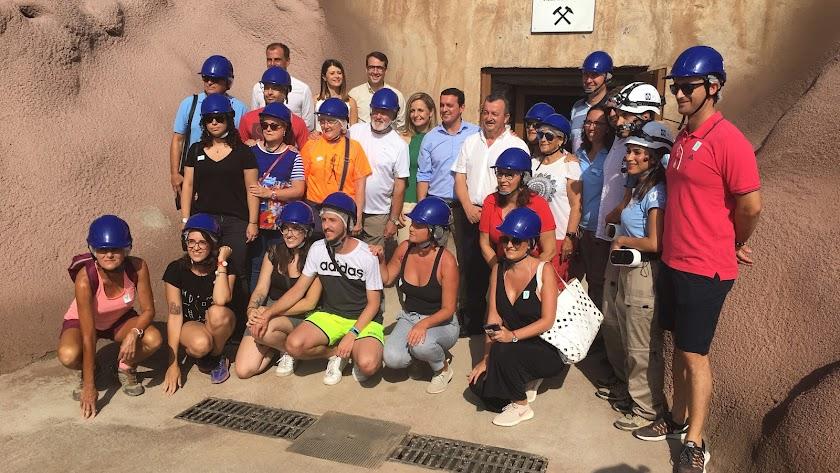 Autoridades y los primeros visitantes de la Geoda de Pulpí.