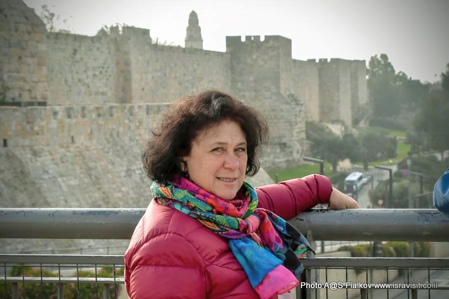 Гид в Израиле Светлана Фиалкова. У Яффских ворот. Место встречи гида и туристов перед началом экскурсии по Старому городу Иерусалима.