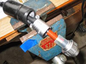 Photo: remontage des différentes piéces de la fiche coté moteur rotor on peut voir la protection electrique(tube translucide) avec le boitier de la fiche