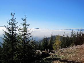 Photo: Im Tal liegt noch immer der Nebel.