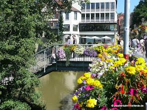 Photo: Die Neckarbrücke mit Treppenabgang zur Platanenallee, unter der Treppe befindet sich das berühmte Nadelöhr (beim Stocherkahnrennen müssen alle Kähne 2 mal durch eine 2 m breite Verengung.