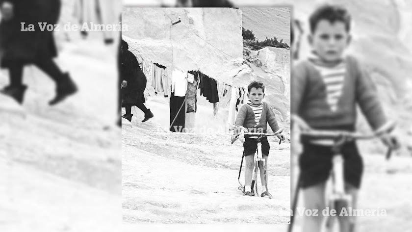 Un niño del barrio de las cuevas de las Palomas montado en su bicicleta. Foto: Fausto Romero.