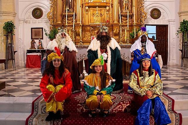 Sus Majestades los Reyes Magos y sus pajes en la iglesia Santa Mª de la Anunciación de Níjar.