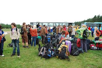 Photo: Plzeňský Jamoddíl právě opustil autobus a čeká ho ještě dlouhá cesta na tábořiště.