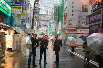 Photo: faut reconnaître que les parapluies sont bien pensés pour le vent. Ils finissent toujours par revenir en place.