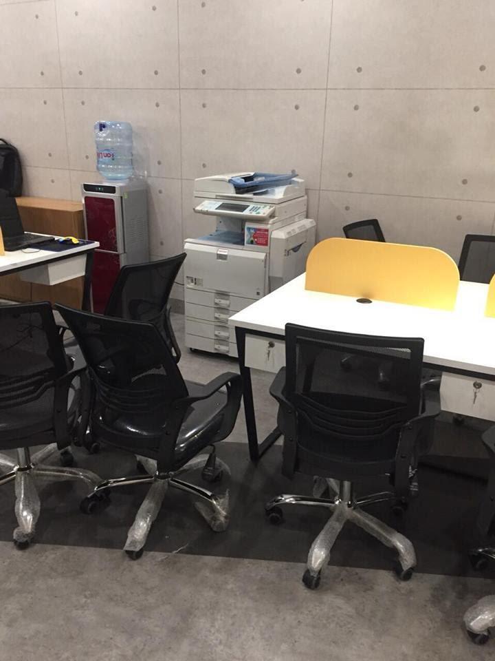 Trong hình ảnh có thể có: mọi người đang ngồi, văn phòng, mà n hình và trong nhà