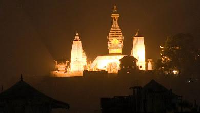 Photo: Am Abend bietet sich vom Hotel aus ein herrlicher Blick auf den Swayambunath Tempel
