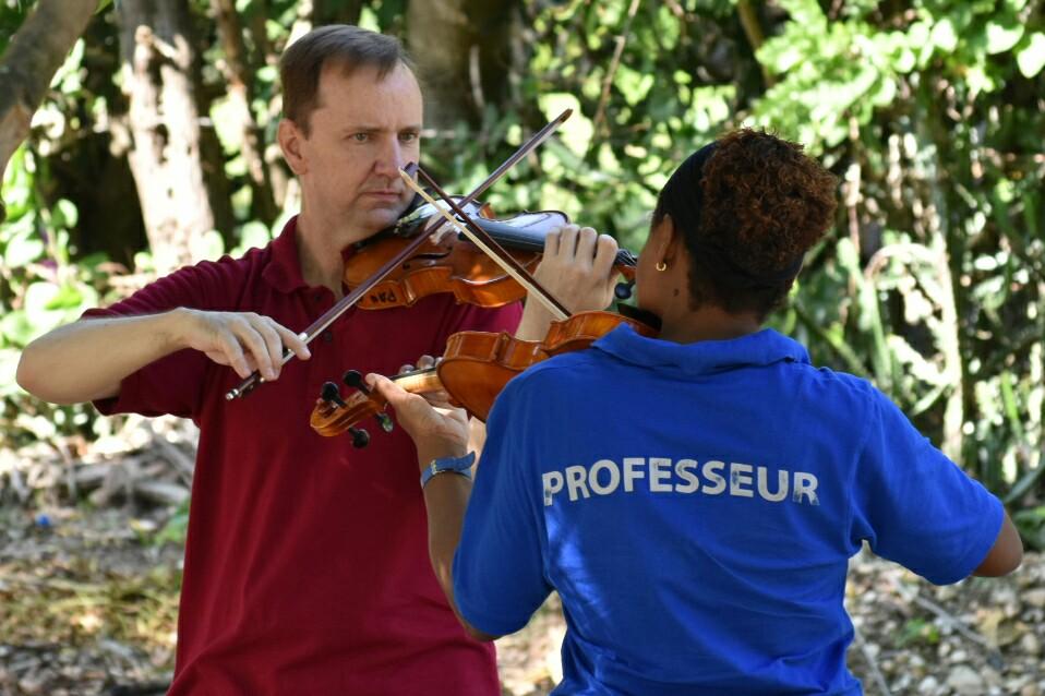El profesor Luis Jakosch orienta a su homóloga haitiana