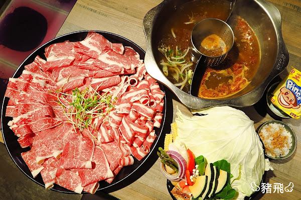 肉多多火鍋麻辣鴛鴦鍋~暴龍系疊滿滿的粉紅色肉片山,各種牛肉片吃到好滿足!