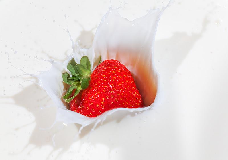 strawberry in milk di angart71