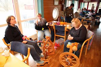 Photo: Våra hollänska gäster från deSpinners har installerast både sig och sina spinnrockar