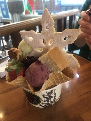 2018/12/10 接近年尾,有精心佈置的環境 聖誕節氛圍濃厚,難得冰淇淋、餅乾都好吃!