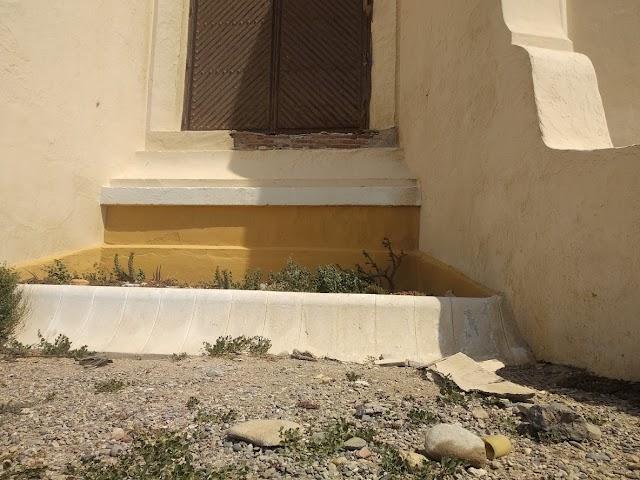 La cornisa bajo la ventana de la ermita, rota tras el último acto vandálico.