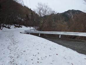 日陰に沢山の雪が残る(右に仙ヶ岳)