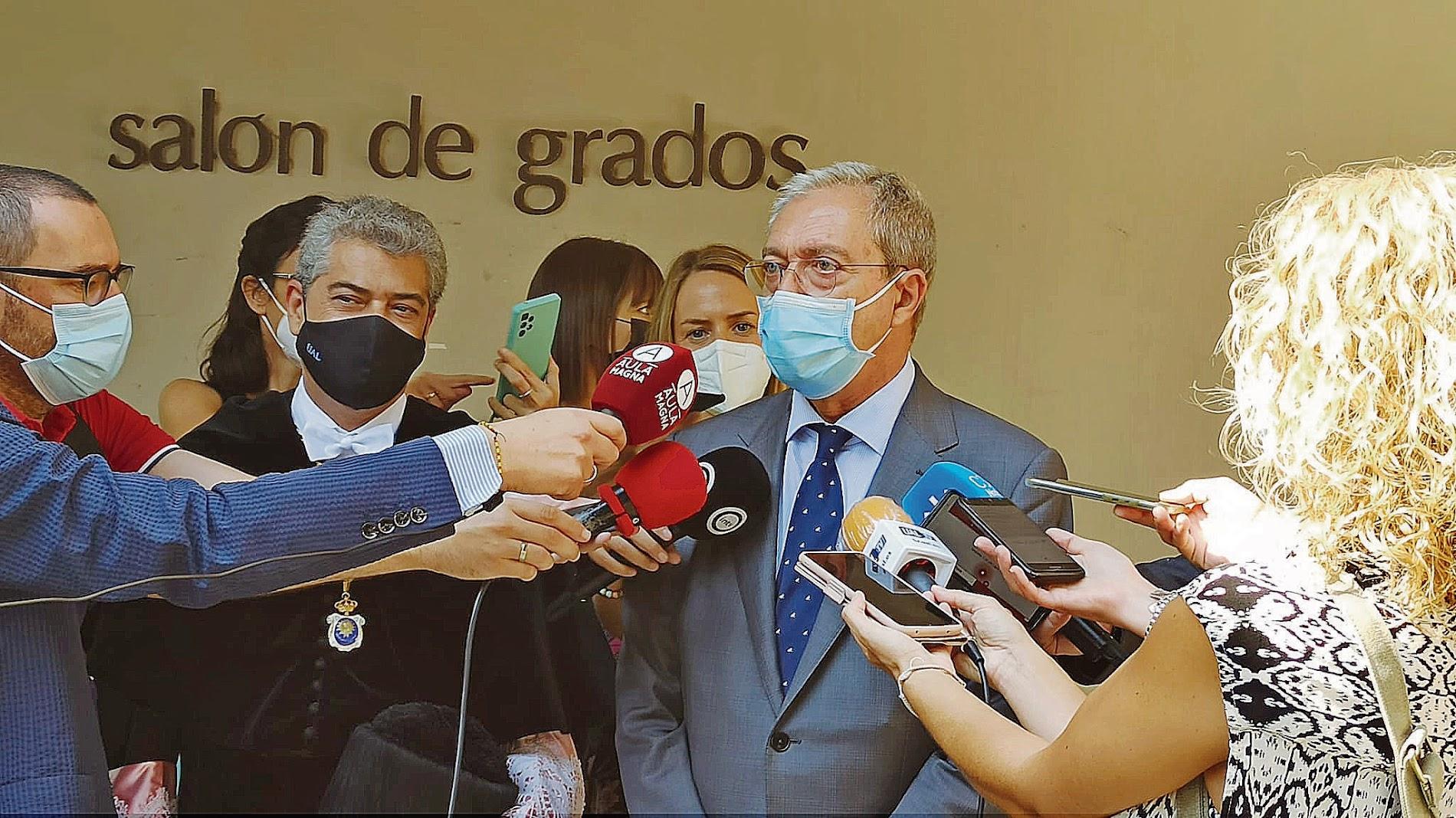 Cs recuerda su apoyo desde la Junta a Medicina y el PSOE pide financiación