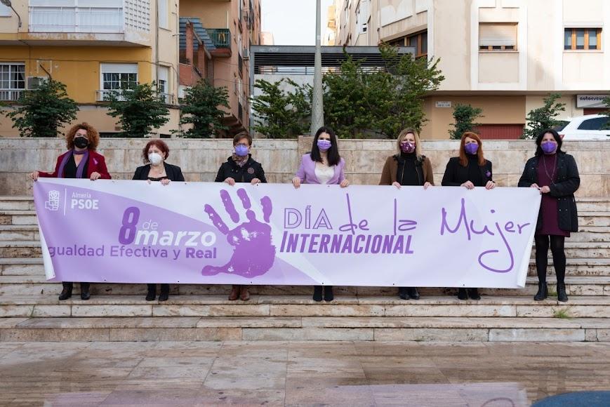 Representantes del PSOE Almería en el Día de la Mujer.