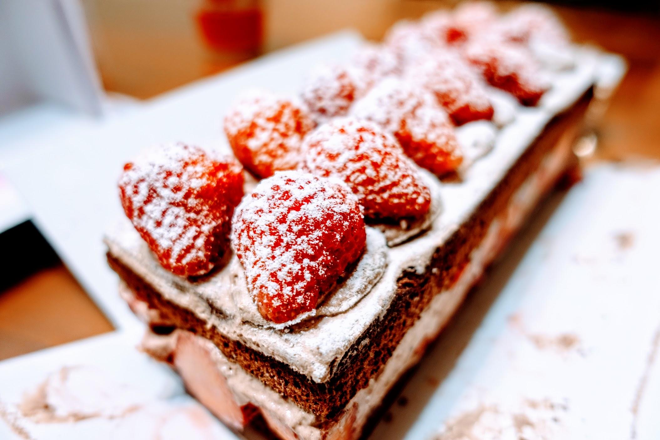 說真的,草莓才是本體,草莓選得還不錯,有甜又好吃....蛋糕相比起來,蛋糕只是個裝飾XDD