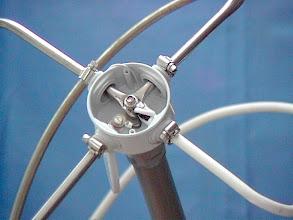 Photo: La connectique de cette antenne . Sur cette photo le coax passe dans le PVC blanc(en bas à droite) et c'est la tresse qui est la quatriéme branche de la loop , selon description de la revue Mégahertz