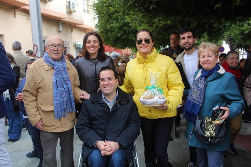 La presidenta de la Asociación de Vecinos Casco Histórico junto a los concejales del PSOE.