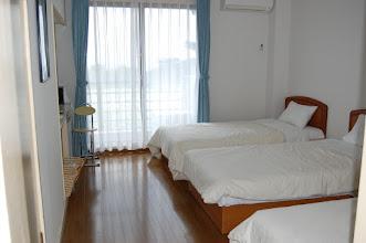 Photo: 202号室 洋室3名部屋 テレビ有、エアコン有、冷蔵庫有、 トイレ有、バスルーム無