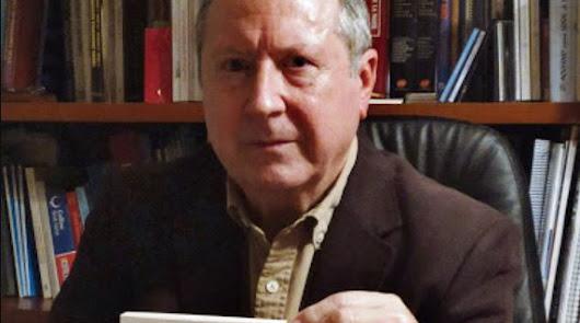 El catedrático Juan Cano posa con el libro que acaba de publicar sobre el proceso autonómico andaluz.