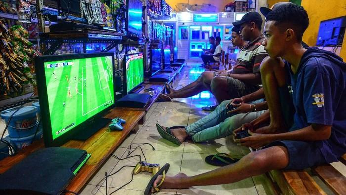 PS rental Indonesia - young boys playing PES
