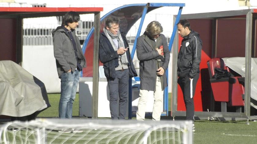 Fran Fernández hablando con Miguel Ángel Corona e Ibán Andrés.