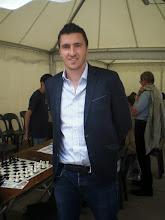 Photo: Le grand-maître international Sébastien Mazé avant sa simultanée place Clemenceau à Pau.