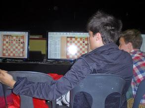 Photo: Les écrans de retransmission des parties en direct sont installés