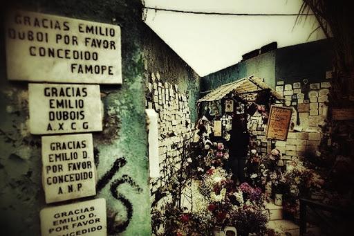 Tumba de Emile Dubois en el Cementerio de Playa Ancha rodeada de placas de agradecimientos