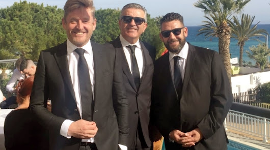 Wayne, a la izquierda, su amigo Pedro Asensio y su hermano Jason, en El Parador