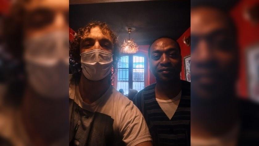 Guillermo Chao, gerente de La Mala, y el actor Chiwetel Ejiofor, en la imagen compartida en redes.