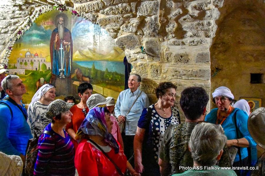 Гид в Израиле Светлана Фиалкова с экскурсией в нижнем храме монастыря Герасима Иорданского в Иудейской пустыне.