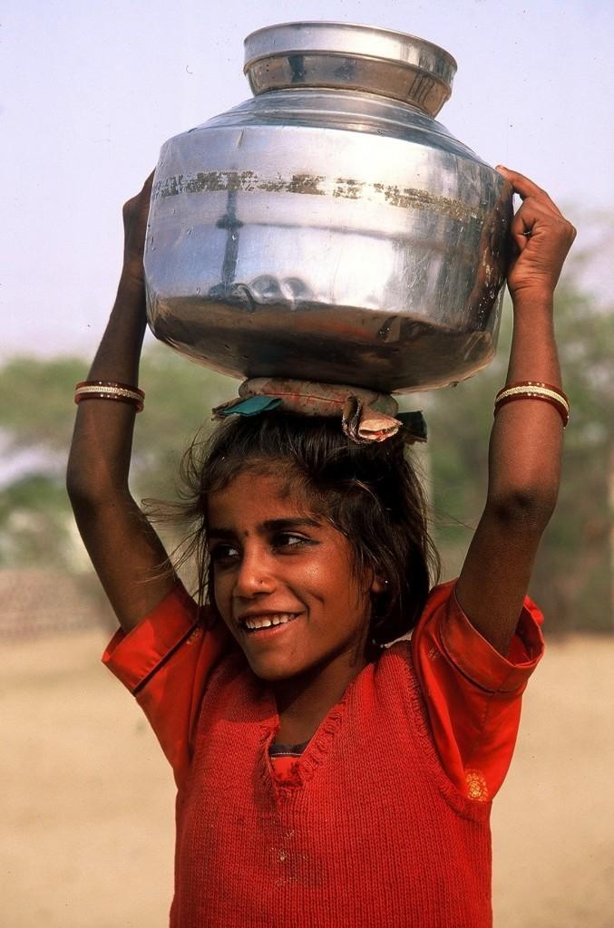 La dolcezza di una bambina indiana di mela60