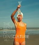 vrouw in oranje badpak houdt een plastic zak met een goudvis omhoog