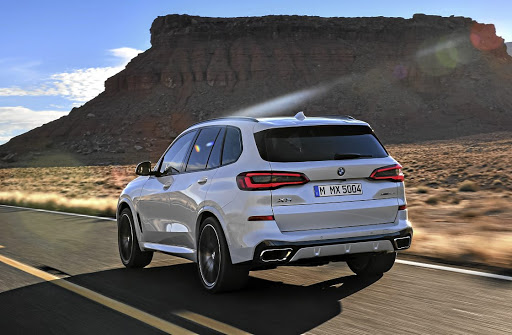 The design is definitely an evolution although the belt line gives the side profile a slightly new look, left. Below: The X5 will join the digital dashboard revolution.