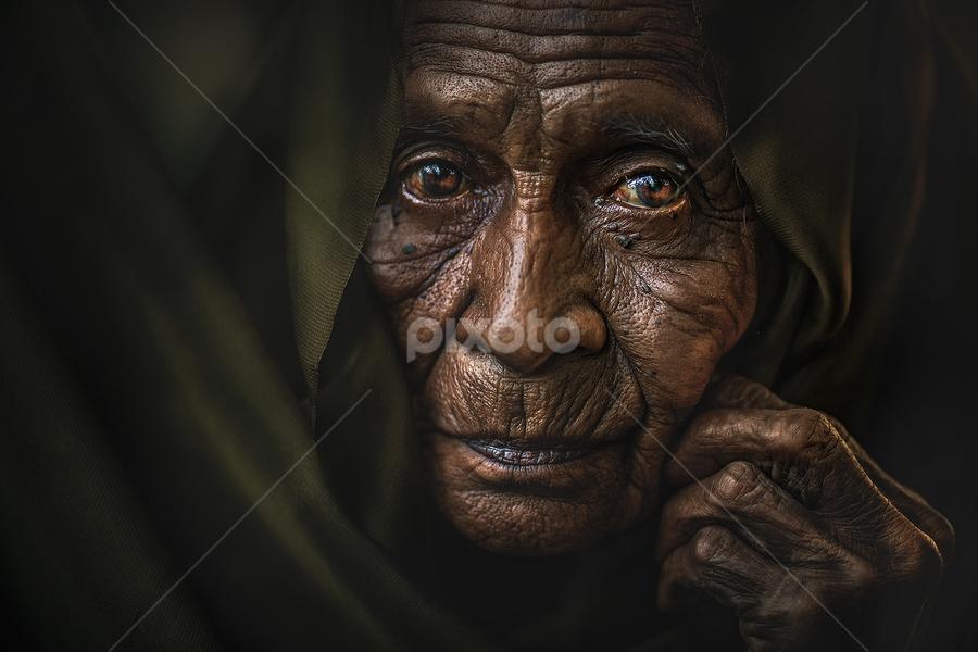 MAMA ESAH by Abe Less - People Portraits of Women ( senior citizen )