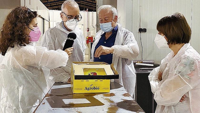 Millás y la periodista Francisca Ramos observan abejorros en Agrobío.
