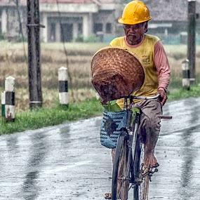 di bawah hujan by Uve Vtr - People Street & Candids ( majalengka )