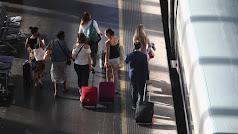 Viajeros caminan por uno de los andenes de la estación de tren Madrid Puerta de Atocha.