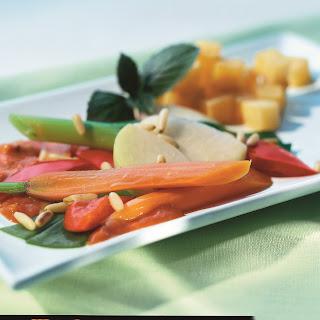 Gemüsepfanne mit Pinienkernen