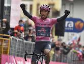 Bernal geeft een fiets en zijn roze trui aan de paus