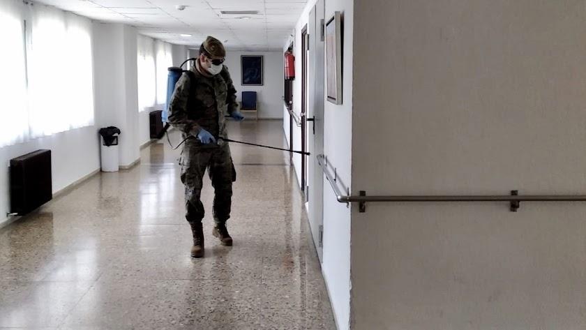 El Ejército de Tierra durante las labores de desinfección en una residencia de Ávila.