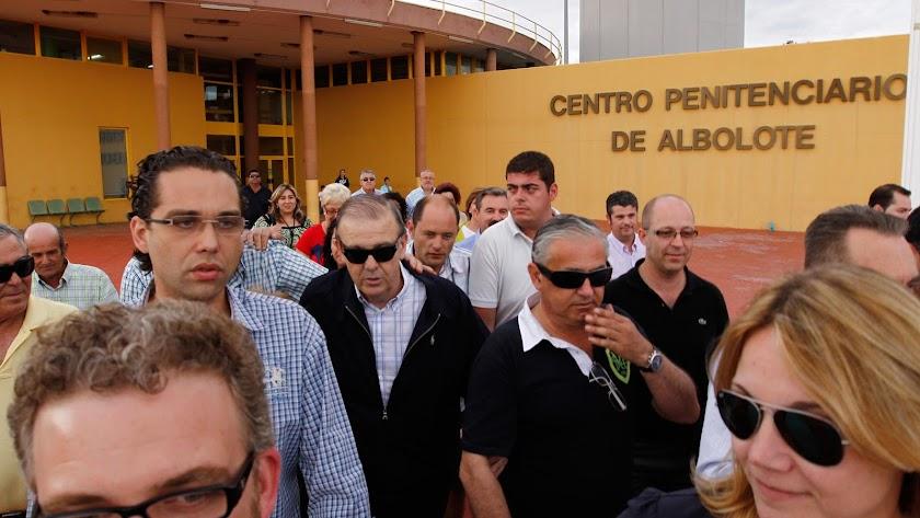 Juan Enciso saliendo de la cárcel de Albolote.